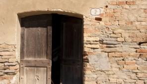 Un vecchio portone in Via Cavour