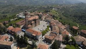 Una fotografia aerea di Castiglione Tinella, scattata dal fotografo Franco Bello