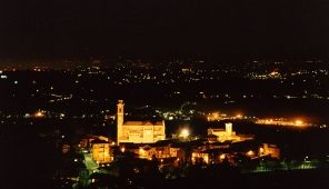 Castiglione Tinella di notte visto dalla collina di San Carlo
